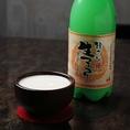 【生マッコリとは?】マッコリは韓国ではかつては、家庭や地域ごとに醸造され消費されてきました。だから出来たらすぐ飲まれ、ながく保存することはできませんでした。本来マッコリとは地(じ)、 つまり生のものをいっていたのです。「韓さん 生マッコリ」は本来の地マッコリです。マッコリ本来のうまさを味わえます。