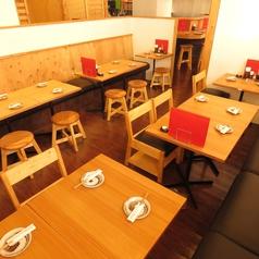 テーブル席は人数に合わせてレイアウト変更可能!
