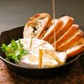 料理メニュー写真丸ごとカマンベールチーズのオーブン焼き