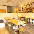 【半個室4名席×2卓】半個室のボックス席は、親しい仲間内や会社の仲間と落ち着いてお酒とお料理をお楽しみいただけます。隣のテーブルとつなげて8名様まででもご利用可能。