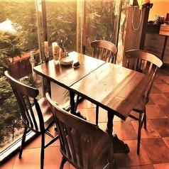 窓際の禁煙テーブル席♪会食などにピッタリです♪