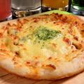 料理メニュー写真きのことベーコンのピザ