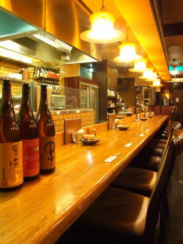 木屋町B級グルメの店、店内は、堀ごたつ、テーブル、カウンター席