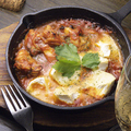 料理メニュー写真広島産牡蠣とカマンベールチーズのチリトマト煮込み
