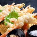 料理メニュー写真天使の海老天ぷら( 2尾 )~佐渡の深海塩(みしお)添え~