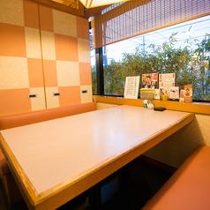 半個室仕様のテーブル席