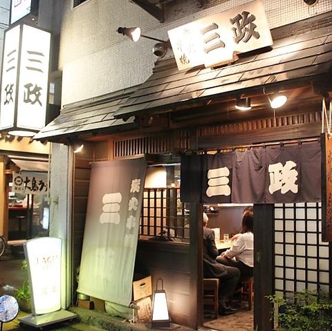 新橋駅から徒歩2分、老舗串焼き専門店です。大通り沿いにあり、看板が目印です。