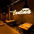 暖色系のライトに照らされた温かみのあるテーブル席は、最大8名様までご利用いただけるおしゃれ空間となっております。