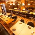 【テーブルフロア貸切/30~40名様】オープンフロアに配した片側ソファのテーブル席を独占!30~40名様のご利用で、一体感あるフロア貸切を承ります!視界を遮るものもなく、見通しの良いワンフロアで一体感のあるパーティーが楽しめますよ☆※個室の仕切りを外し、50名様までの宴会も対応可能