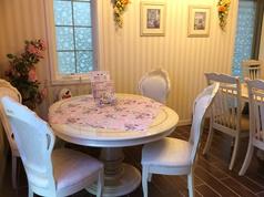 6名座ることのできる白い丸テーブル席。店内奥の部屋にあり、ここでミーティングや友達と貸切って使用することができます。カワイイ小物や装飾は女性にも大人気!