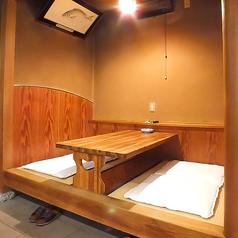 小上がりのテーブル席。靴を脱いでゆったりお寛ぎいただけます。席ごとに仕切りがあるため、周囲を気にせずお食事を楽しむことができます。
