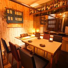 【テーブル個室/2~10名様】それぞれ4名様・6名様までご利用いただけるテーブル個室を2部屋ご用意。間の仕切りを外せば、最大10名様の完全個室仕様にも変更可能です♪どんなお集まりにも気軽に使える空間は、ご友人との飲み会や女子会、お仕事帰りの宴会にもぴったり☆