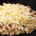 女性に大人気のチーズトッピング!!華の木ではピザ風に最後にチーズをたっぷり乗せてご提供します♪トロトロのチーズとお好み焼きは相性抜群★★女子会・宴会にもオススメの一皿です!!