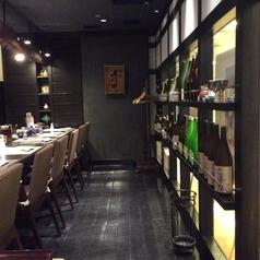 お酒が並ぶ雰囲気バツグンのカウンター。1名~の利用大歓迎!サク飲みに日本酒3種の呑みくらべ990円はいかがでしょう。