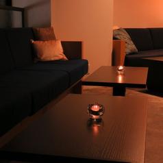 カップルのお客様に人気の横並びのソファー席。大切な人を誘いたくなる、とっておきの場所。静かにお話ししたいときにおすすめです。