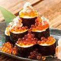 料理メニュー写真カニといくらのこぼれ巻き寿司
