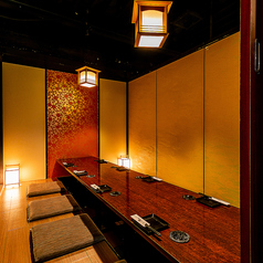 【5名様~12名様迄】ご宴会向け個室。最大10名様までご利用可能な掘りごたつ座敷タイプ。和モダンな空間で落ち着きあるお部屋です。仲間内との飲み会にも最適!