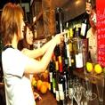 キッチンカウンターには白・赤・ロゼワイン・サングリアがズラリと並びます。あなたなのお好きなお酒を探してください