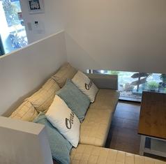 2~3名様でゆったり寛げるおしゃれなソファー席。高い仕切りに囲まれたプライベート空間が人気です!
