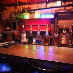 カウンターには多くのお酒が並びます。