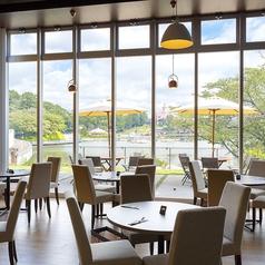 外からの光差し込む丸テーブル。窓からはりんどう湖が一望でき、景色を楽しみながらお食事ができます。