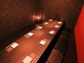 <12名様用掘りごたつ個室>着物生地のディスプレイが古風な雰囲気を演出する10名様用掘りごたつ個室。