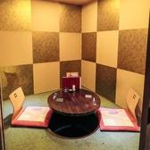【2名個室】お二人様でご利用いただく、こちらの個室は円卓と壁の金箔が特徴的なお部屋となっております。和の落ち着きのある雰囲気で時間の許すかぎり、美味しいお食事とお酒をお楽しみ下さい。