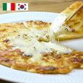 【韓×伊 コラボ】チヂミ クアトロフォルマッジ(ハチミツ付き)大人気シェフ!出張料理人KEITA先生監修! 李朝園で人気のチヂミに、モッツァレラ・カマンベール・ パルメザン・クリームチーズの4種のチーズをトッピング♪