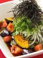 料理メニュー写真茶そばと彩り豊かな旬野菜のサラダ風