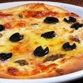 料理メニュー写真アンチョビオリーブガーリックのピッツァ