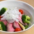 料理メニュー写真自家製ローストビーフのサラダ
