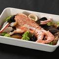 料理メニュー写真季節のお魚のアクアパッツァ バケット付き
