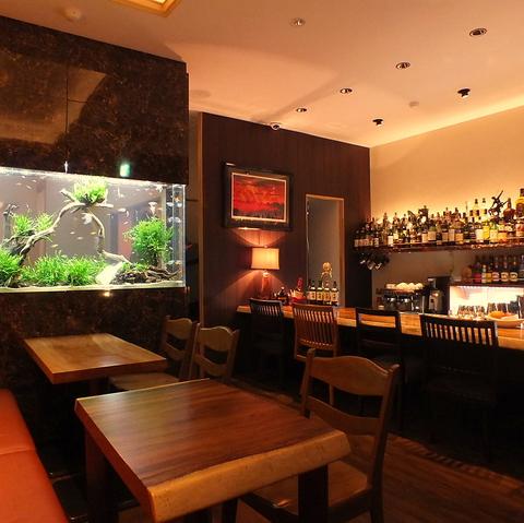 店内に大きなアクアリウムの水槽があるカフェ&バー♪個室もご用意してます☆