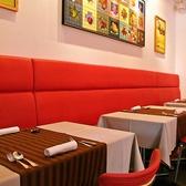 赤ソファー・イスをご用意した2名様用のテーブル席。シックな雰囲気をご友人同士やカップル、ご夫婦でお楽しみください。