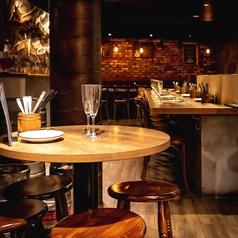 ハイテーブルのお席は、ワインスタンドの近くのお席になります。たくさん飲みたいという方におススメの席です。
