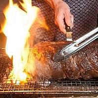 牛豚鳥肉を炭火でローストし溶岩石などで焼き上げます