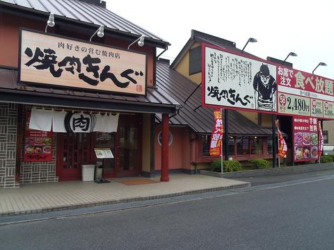 3つの食べ放題コース、3つの飲み放題コースがある。席で注文できる大人気の焼肉店。