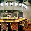 博多屋自慢のオープンキッチン。目でも楽しんで、舌でも楽しめる!臨場感と落ち着いた雰囲気があり、デートなどにも最適!