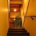 2Fへ続く階段。ゆったりとした音楽が流れる個室あり。