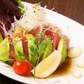 料理メニュー写真サーモンとアボカドのサラダ カルパッチョ仕立て