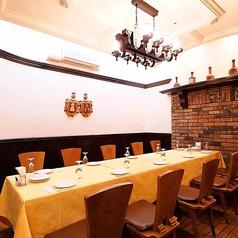 10名様から最大12名様までがお使いいただける半個室Cです。まるで海外のビアホールのような、温かみ溢れる木のテーブルとレンガの壁が印象的なお部屋です。少人数でのお集まりや部署でのご宴会などにおすすめ◎お酒やドリンクなどに合う、彩り豊かなアラカルトの逸品も充実しています!ぜひご利用ください♪