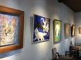 絵画で彩られた店内は、アーティステッィクな空間で普段とはちょっと違った雰囲気でお食事をお楽しみ頂けます。