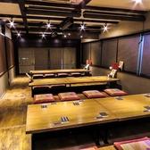 【掘りごたつ個室】全席座椅子をご用意している、こちらの掘りごたつ個室は最大30名様でご利用いただけます。各テーブルにロールカーテンが完備されており、ご希望の人数ごとに、お席をご用意させていただきます。大小様々な宴会にご利用可能なお席となっております。