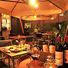 夏場はテラス席を解放しております!夜風を感じながら一杯いかがでしょうか。料理5品+ボトルワイン含む2h飲放付きで3500円でご提供させていただいております。その日の旬の海鮮を使った『本日鮮魚のカルパッチョ』などをワインと一緒に素敵な空間でお楽しみください!
