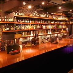 約400本ある壁一面のボトル棚を見ながら飲めるカウンター!!様々な資格を持つスタッフ達がいろいろ教えてくれます。