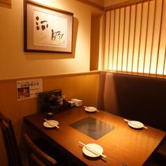お仕事終わりのちょい飲みやご家族での食事にも最適な少人数向けテーブル席。温かみのある照明に照らされた和モダンな空間で、当店自慢の料理とお酒をご賞味ください。