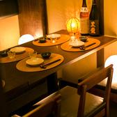 優美な造りで様々なご宴会に...間接照明が優しく包み込む個室席です。誕生日や記念日の特別な一時にも最適です。想い出に残るひとときをお過ごしくださいませ。