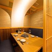 仕切りのある半個室テーブル席は、2名~6名様でご利用いただけます。柔らかな照明と開放的なお席は、ご友人との飲み会などにおすすめです。洋のエッセンスを取り入れた創作串や、旬の食材を取り入れた料理をぜひご堪能ください。