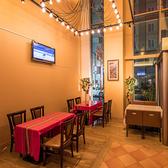 【デート・飲み会に最適】テーブル席(2~4名様席)デート・女子会・合コン・ご家族など様々なシーンでお気軽にご利用ください。多くのテーブルは柔軟に配置調整が可能です。人数様やご利用シーンにご相談ください。ディナーのみ席チャージ料としてお一人様300円を頂戴いたします。