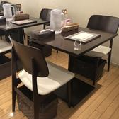 最大12名様まで席をつなげて使える椅子のテーブル席。